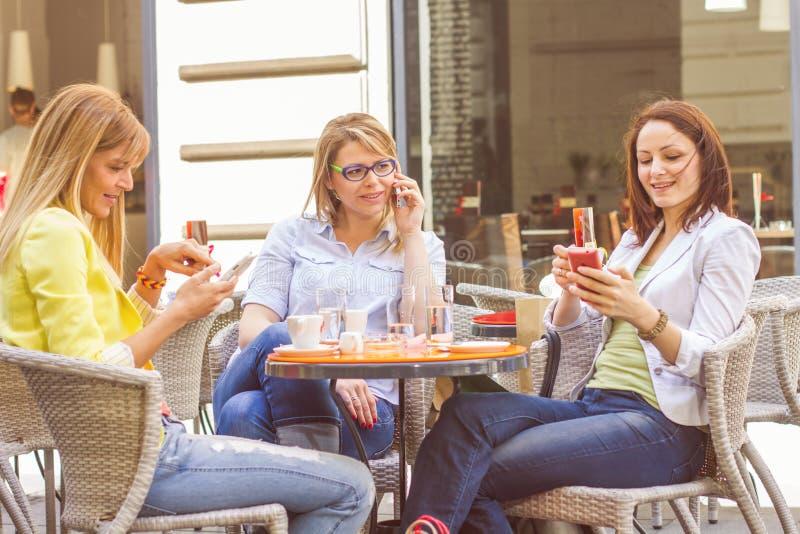 Unga kvinnor har kaffeavbrottet tillsammans arkivfoto