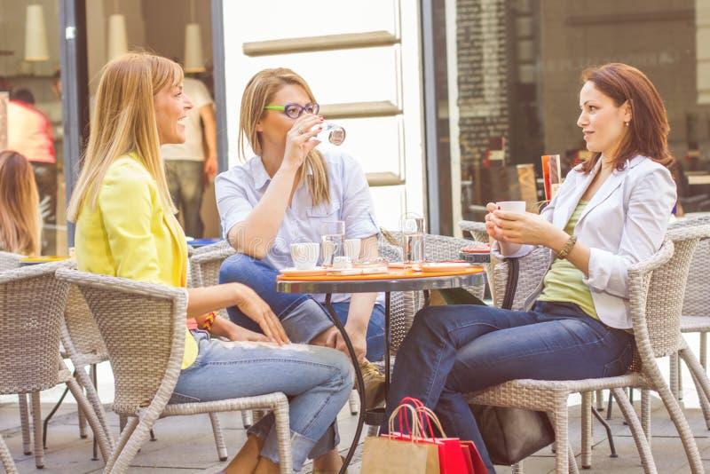 Unga kvinnor har kaffeavbrottet tillsammans arkivfoton