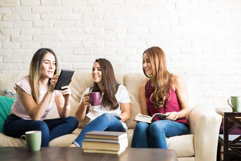 Unga kvinnor i en bokklubb royaltyfri fotografi