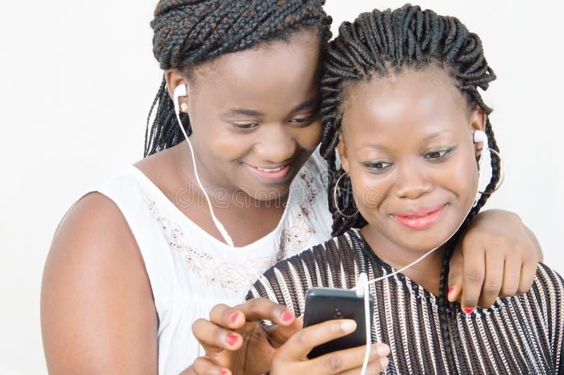 Unga kvinnor i kommunikation royaltyfri fotografi
