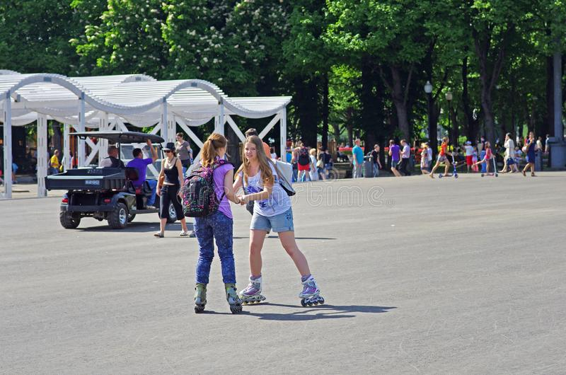 Unga kvinnor lär till rullskridskon parkerar in Gorkogo i Moskva arkivfoton