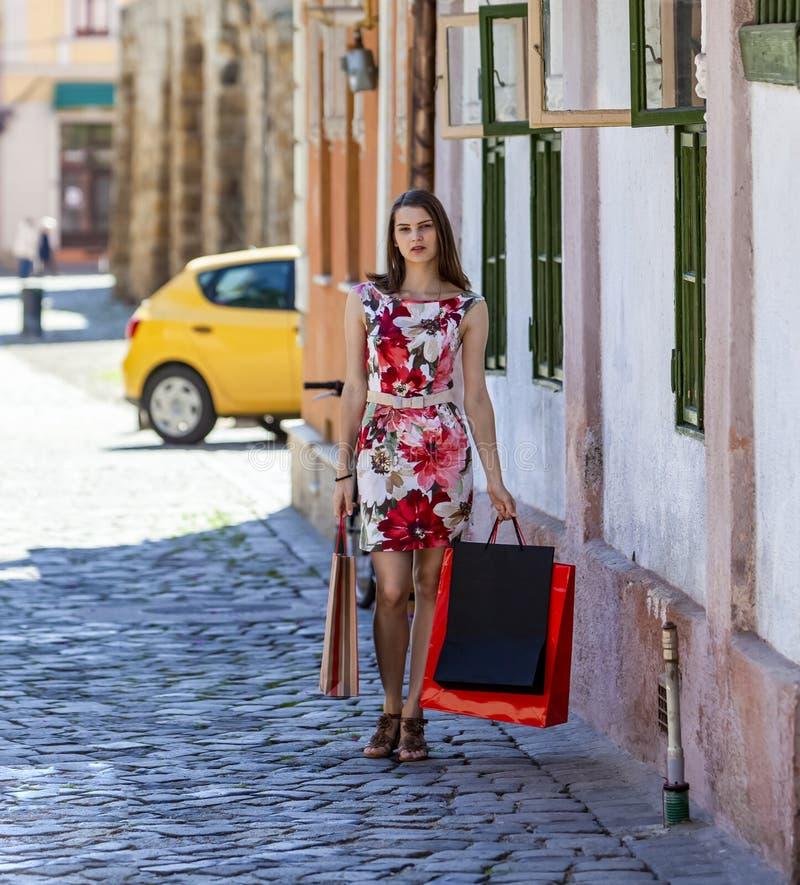 Unga kvinnor med Shopping Bags arkivfoton