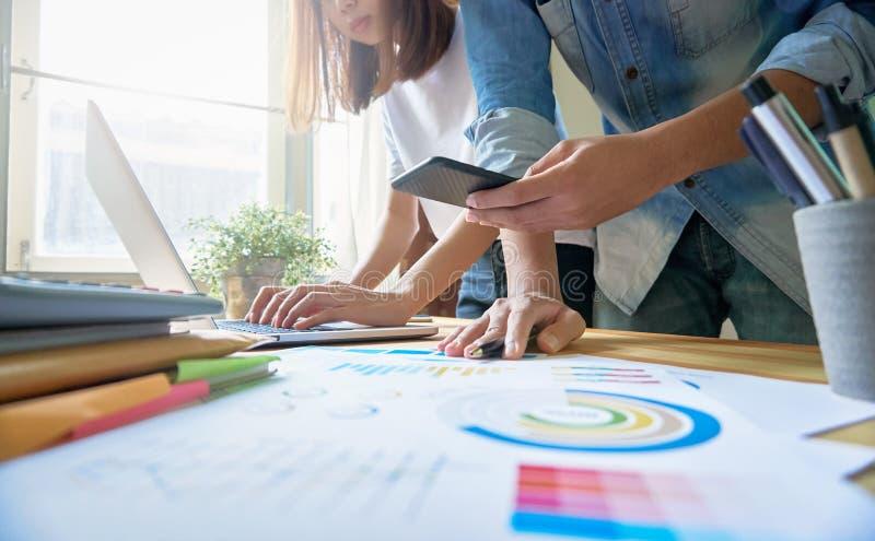 Unga kvinnor och mannen shoppar direktanslutet på bärbara datorn i mitt hem Vid online-betalning Det moderna teknologibegreppet g royaltyfri foto
