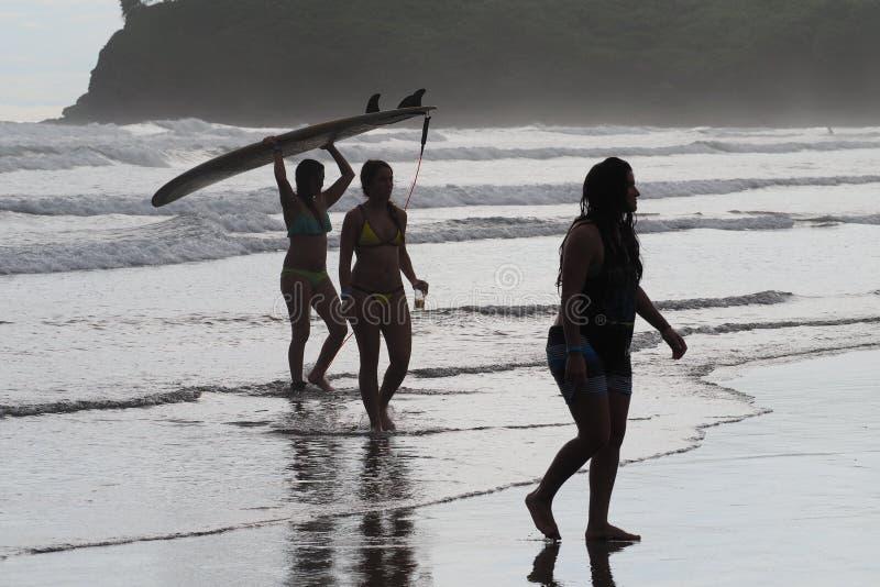 Unga kvinnor på Hermosa, Nicaragua royaltyfri fotografi