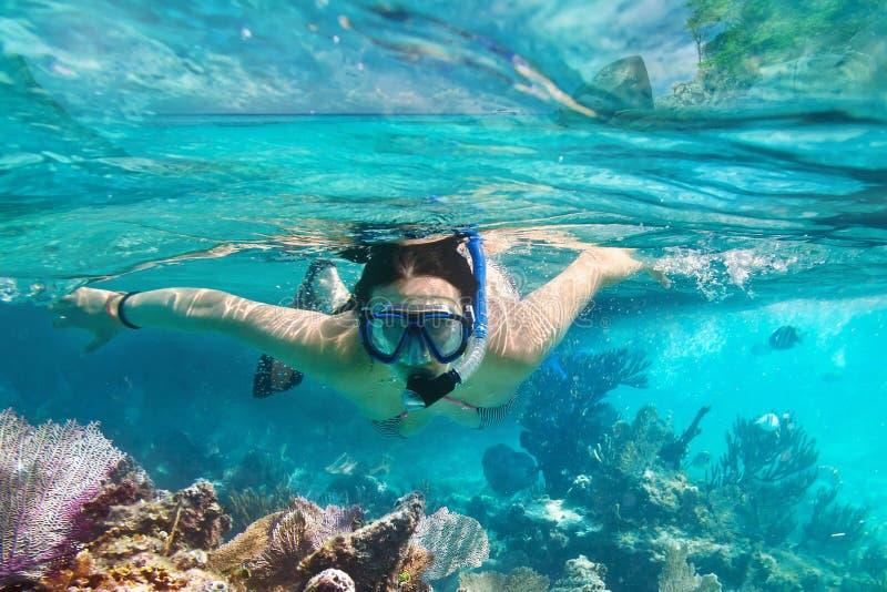 Unga kvinnor på snorkeling royaltyfri foto