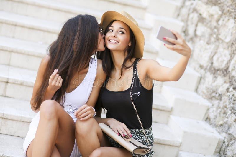 Unga kvinnor på trappa royaltyfri foto
