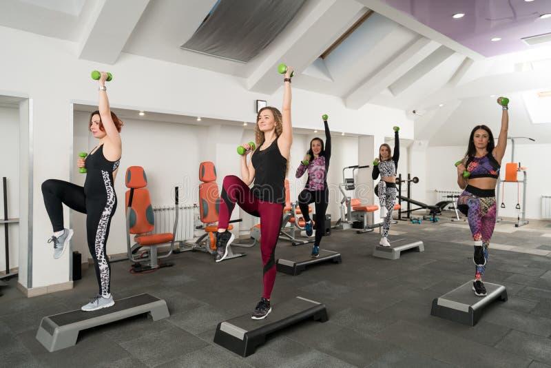 Unga kvinnor som övar i ett idrottshallskott royaltyfri foto