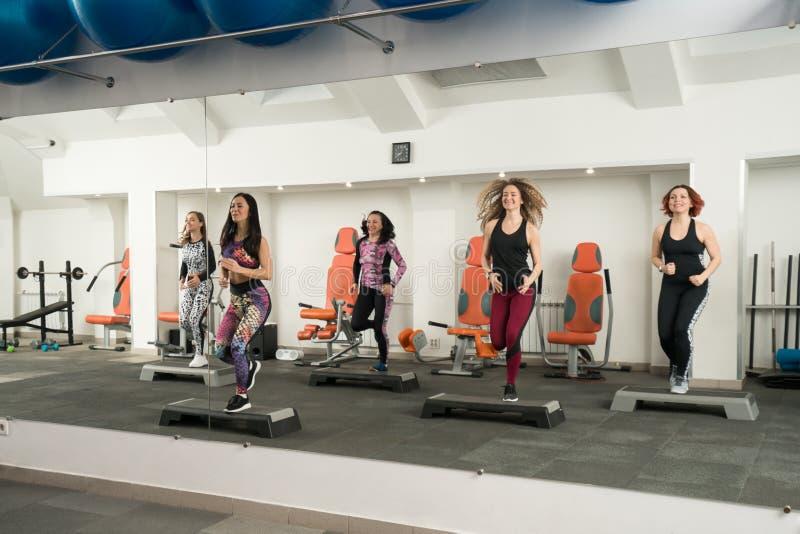 Unga kvinnor som övar på momentplattformar i en idrottshall royaltyfria foton