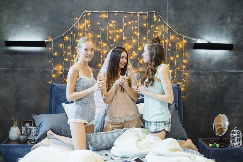 Unga kvinnor som dricker champagne arkivbilder