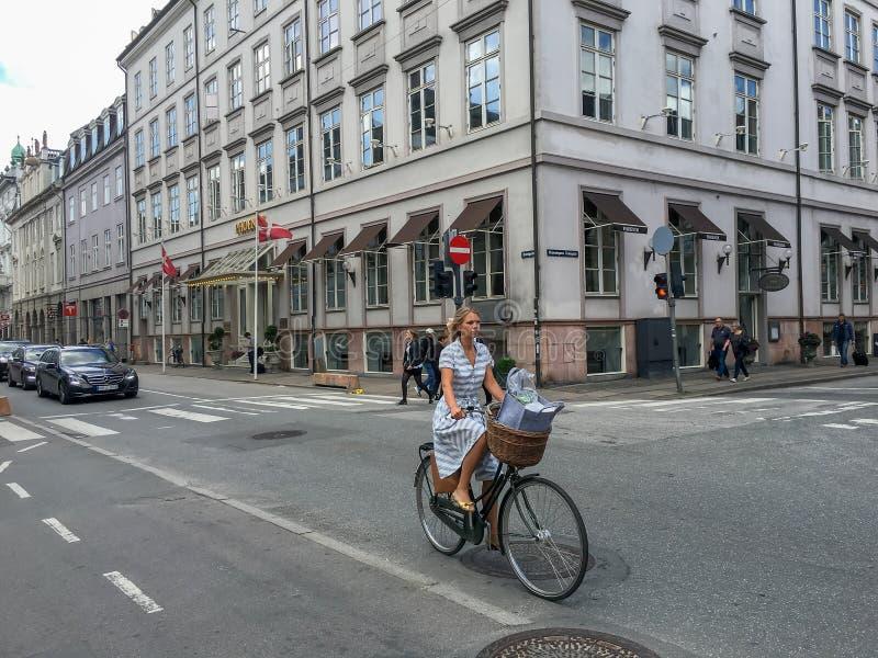 Unga kvinnor som rider på cykeln royaltyfri foto