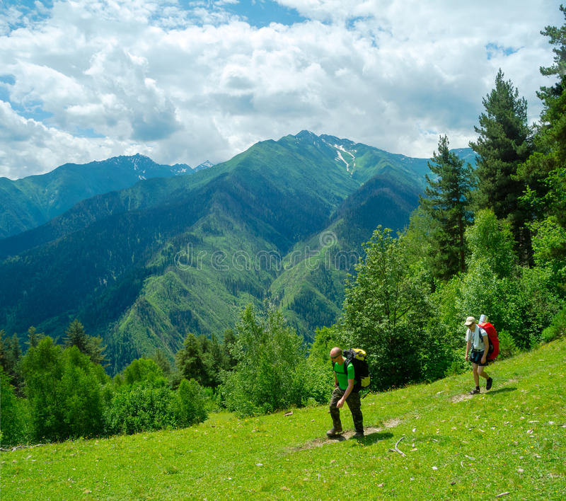 Unga kvinnor som trekking i Svaneti, arkivbild