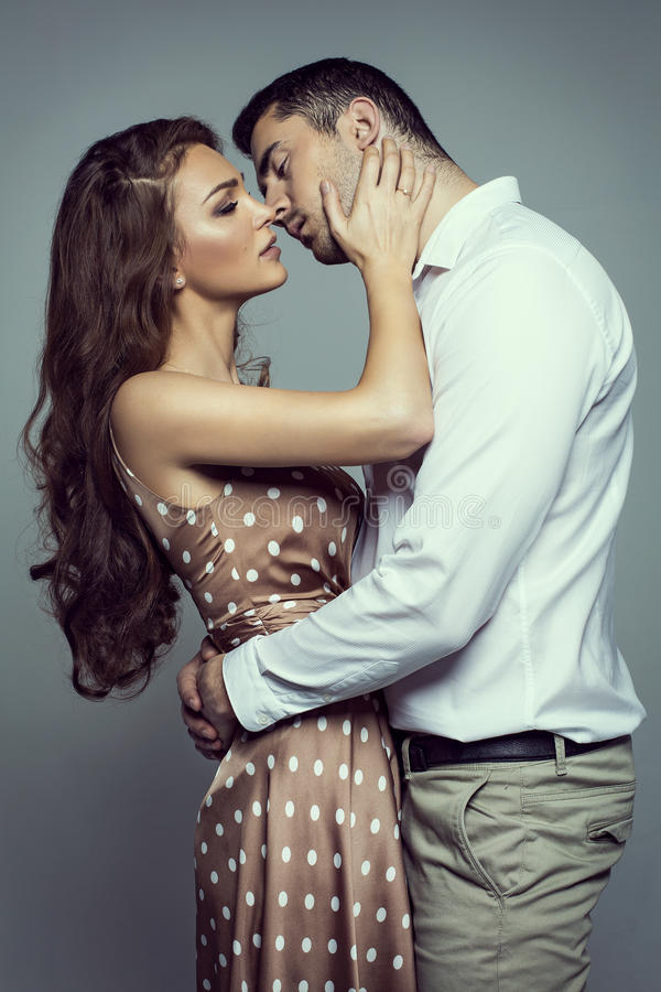 Unga kyssande par royaltyfri fotografi