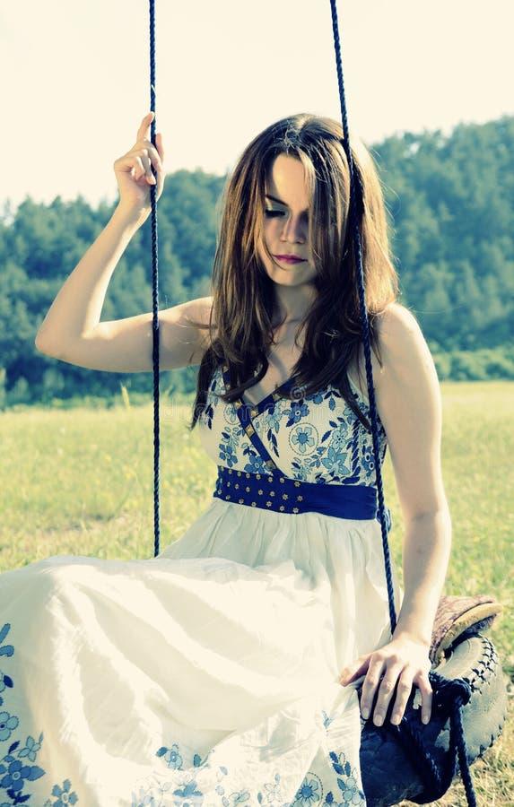 unga långa model kvinnor för härligt hår arkivbilder