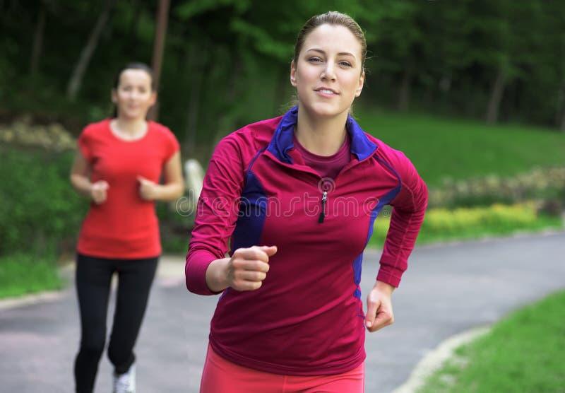 Unga löpare utomhus fotografering för bildbyråer