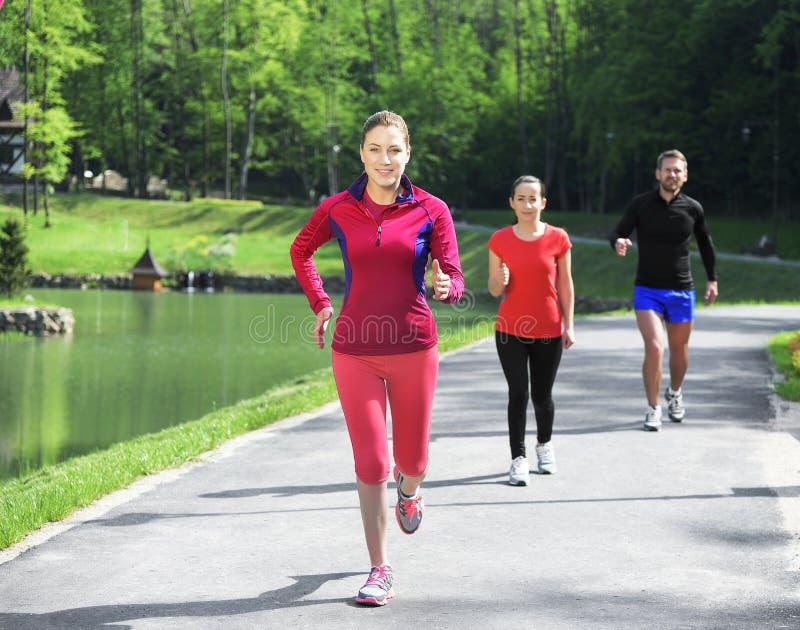 Unga löpare utomhus royaltyfri fotografi