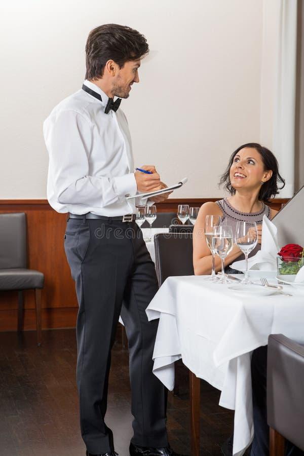 Unga le par på restaurangen arkivfoto