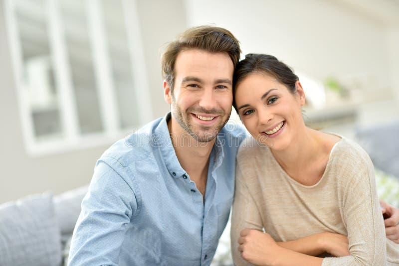 Unga le par som är lyckliga på deras nya hem fotografering för bildbyråer