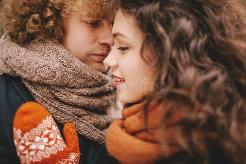 Unga lockiga par som ser de med förälskelse arkivbild