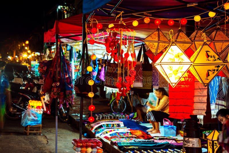 Unga lokala flickor på nattmarknaden som säljer hantverket i Luang Prabang, Laos royaltyfri foto