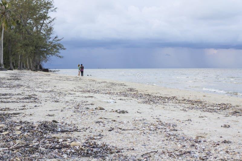 Unga lyckliga asiatiska thailändska par på den tropiska stranden royaltyfria bilder