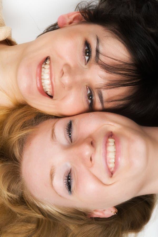 unga lyckliga kvinnor royaltyfri bild