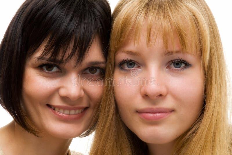 unga lyckliga kvinnor för closeup royaltyfri bild