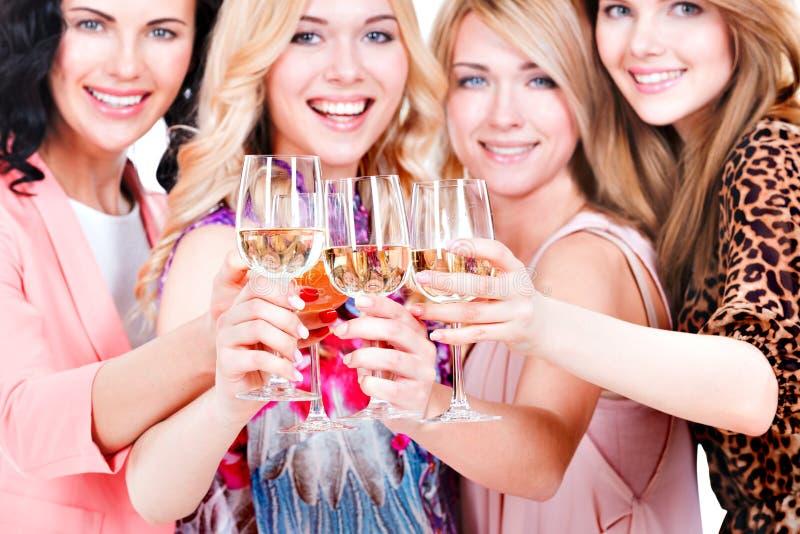 Unga lyckliga kvinnor har partiet royaltyfria foton