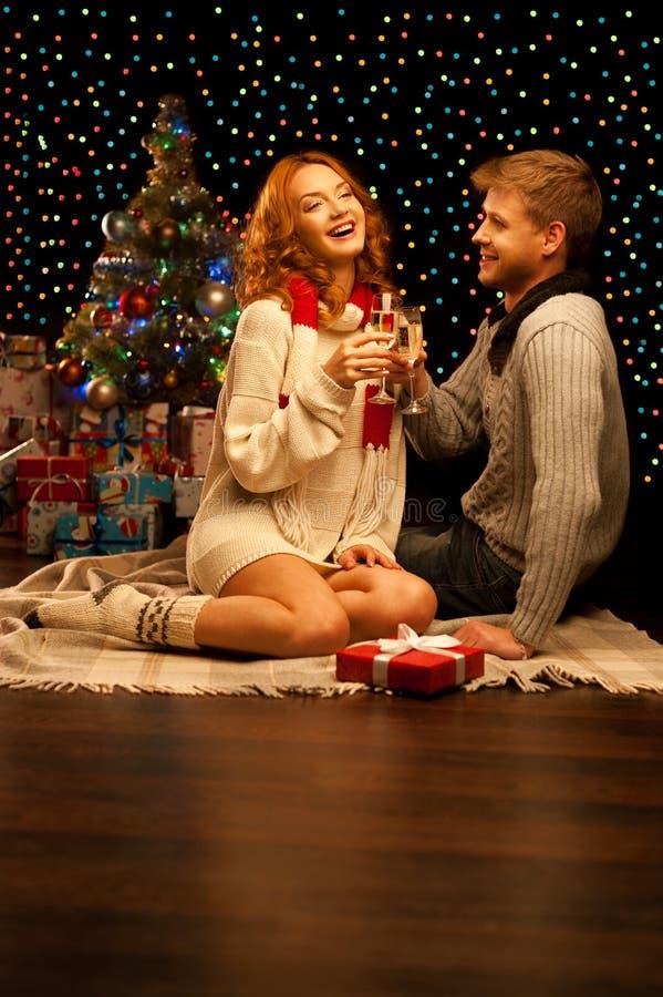 Unga lyckliga le tillfälliga par med wineglasses arkivfoto