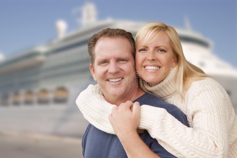 Unga lyckliga par framme av kryssningskeppet royaltyfri foto