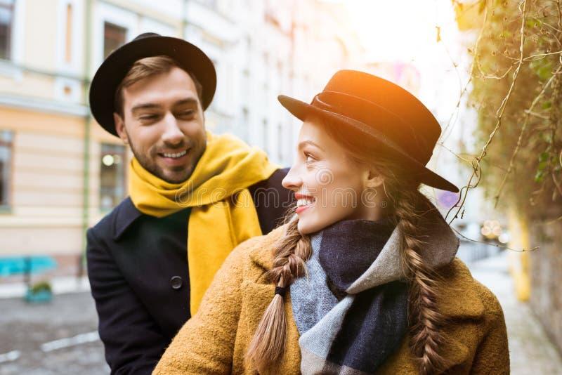 unga lyckliga par, i att se för höstdräkt royaltyfria bilder