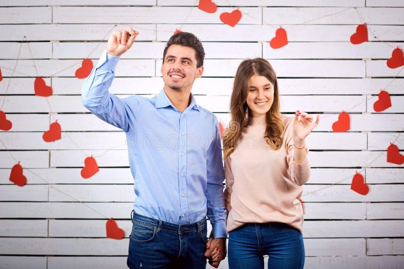 Unga lyckliga par med hjärta i handonbackground fotografering för bildbyråer