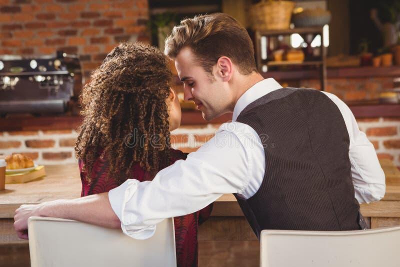 Unga lyckliga par omkring som ska kyssas royaltyfria foton