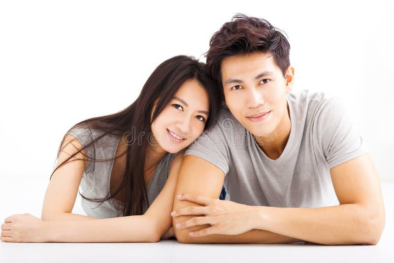 Unga lyckliga par som kramar och ler fotografering för bildbyråer