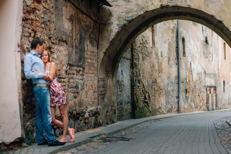 Unga lyckliga par som kramar på gatan arkivfoton