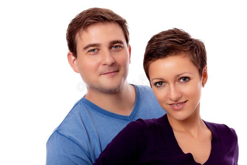 Unga lyckliga par som ler isolerat förälskat fotografering för bildbyråer