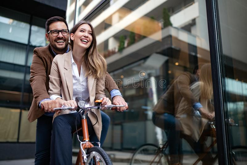 Unga lyckliga par som tycker om staden och att ha gyckel och att datera arkivfoton