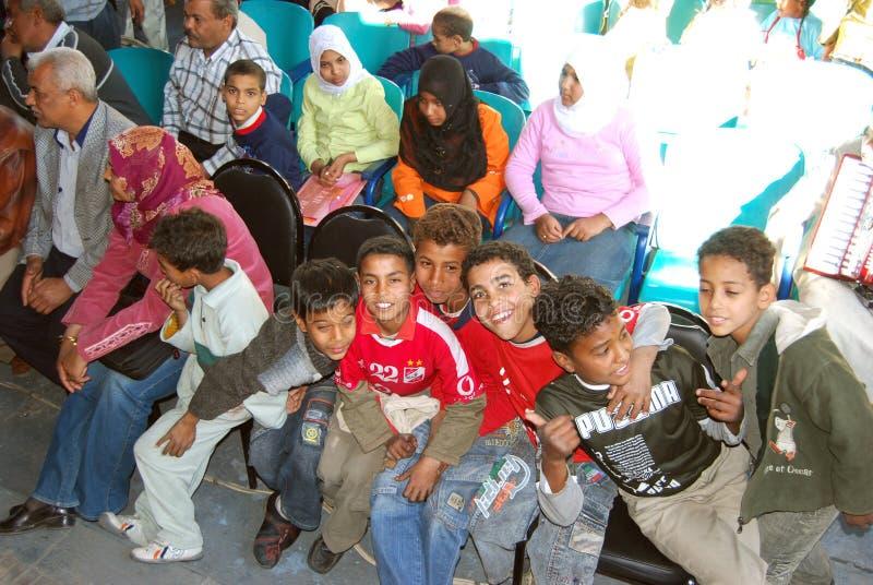 Unga lyckliga pojkar som poserar på kameran på välgörenhet e arkivfoto
