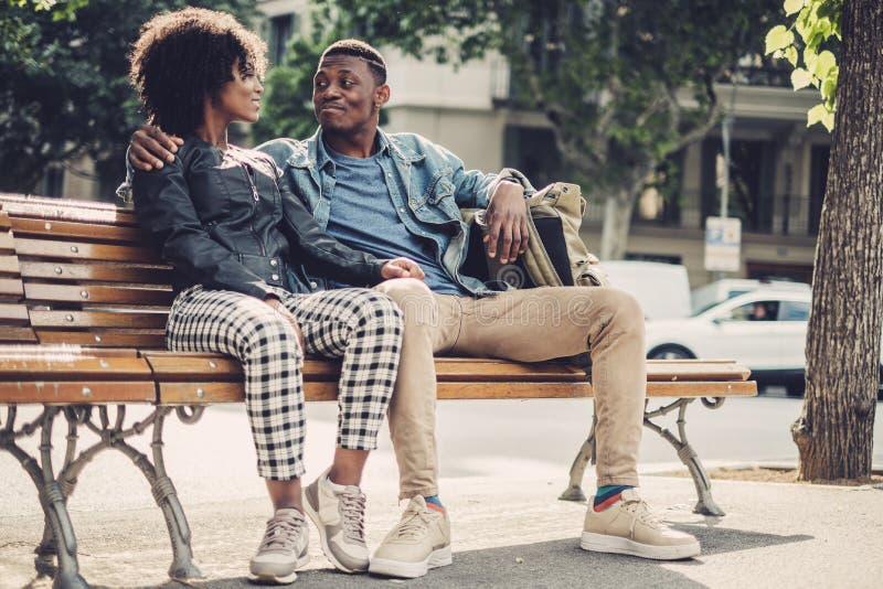 Unga lyckliga svarta par utomhus royaltyfria bilder