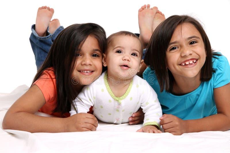 unga lyckliga systrar fotografering för bildbyråer