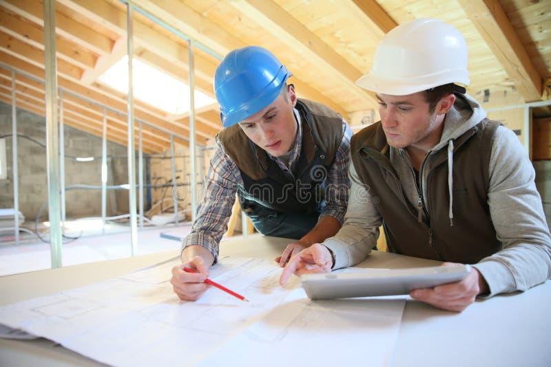 Unga män i konstruktionsyrkesutbildning royaltyfri foto