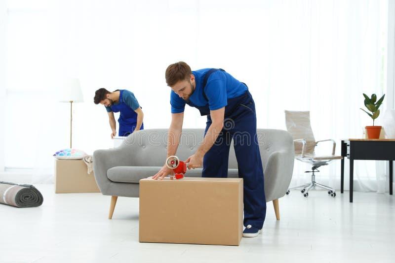 Unga män i likformigarbete inomhus arkivbild