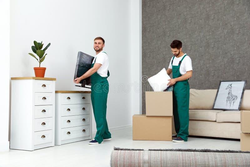 Unga män i likformigarbete inomhus arkivbilder