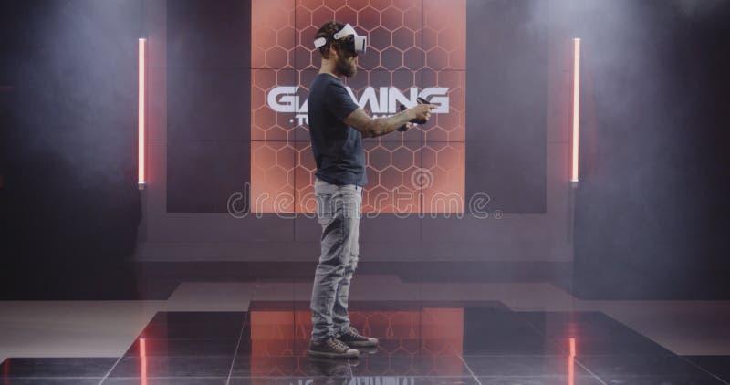 Unga män som spelar VR-leken arkivbilder