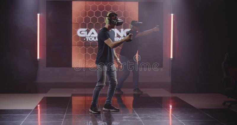 Unga män som spelar VR-leken arkivbild