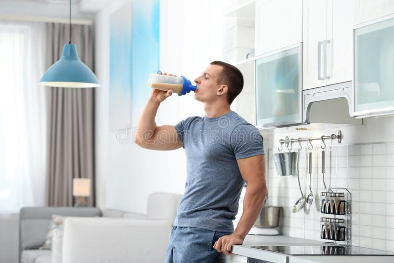 unga människor som dricker protein i köket arkivfoton