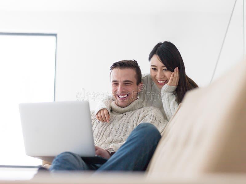 Unga mång- etniska par som har underbar tid arkivbild