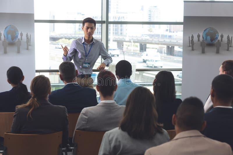 Unga manliga professionell talar på ett affärsseminarium arkivfoton