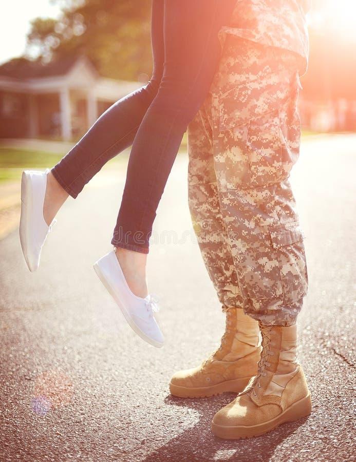 Unga militära par som kysser sig, hemkomstbegrepp royaltyfri foto