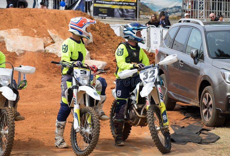 Unga motorcykeltävlingsförare på den Automotor showen i Tel Aviv israel royaltyfria foton