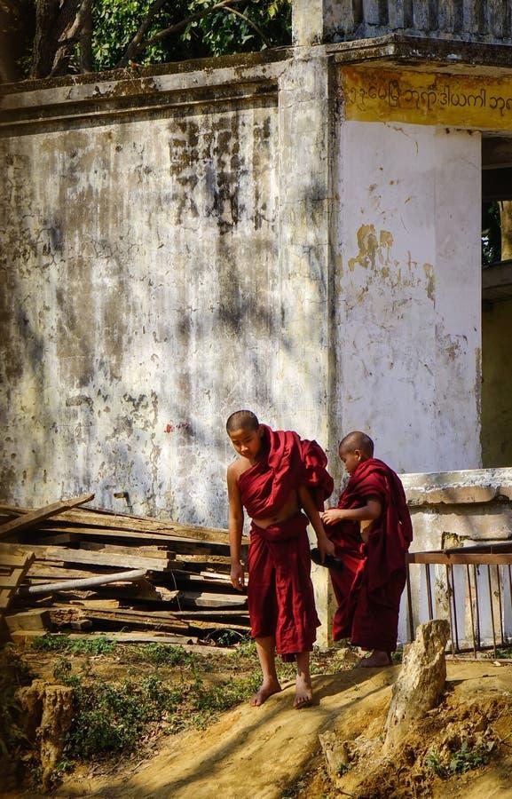 Unga munkar på den gamla buddistiska templet arkivbilder